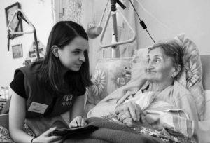Dobrovolnice při návštěvě nemocnice.